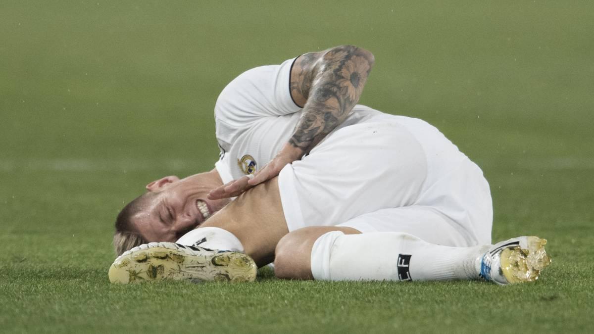 Kroos se duele en el suelo de un golpe.