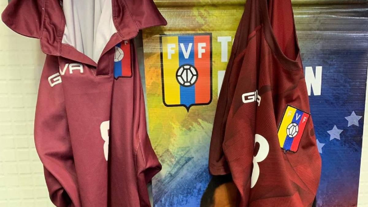 b79c5d8a8 Venezuela forced to play Catalonia in Decathlon hiking shirts - AS.com