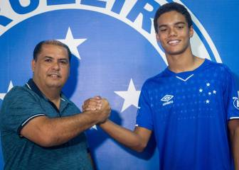 Ronaldinho's son signs first professional contract