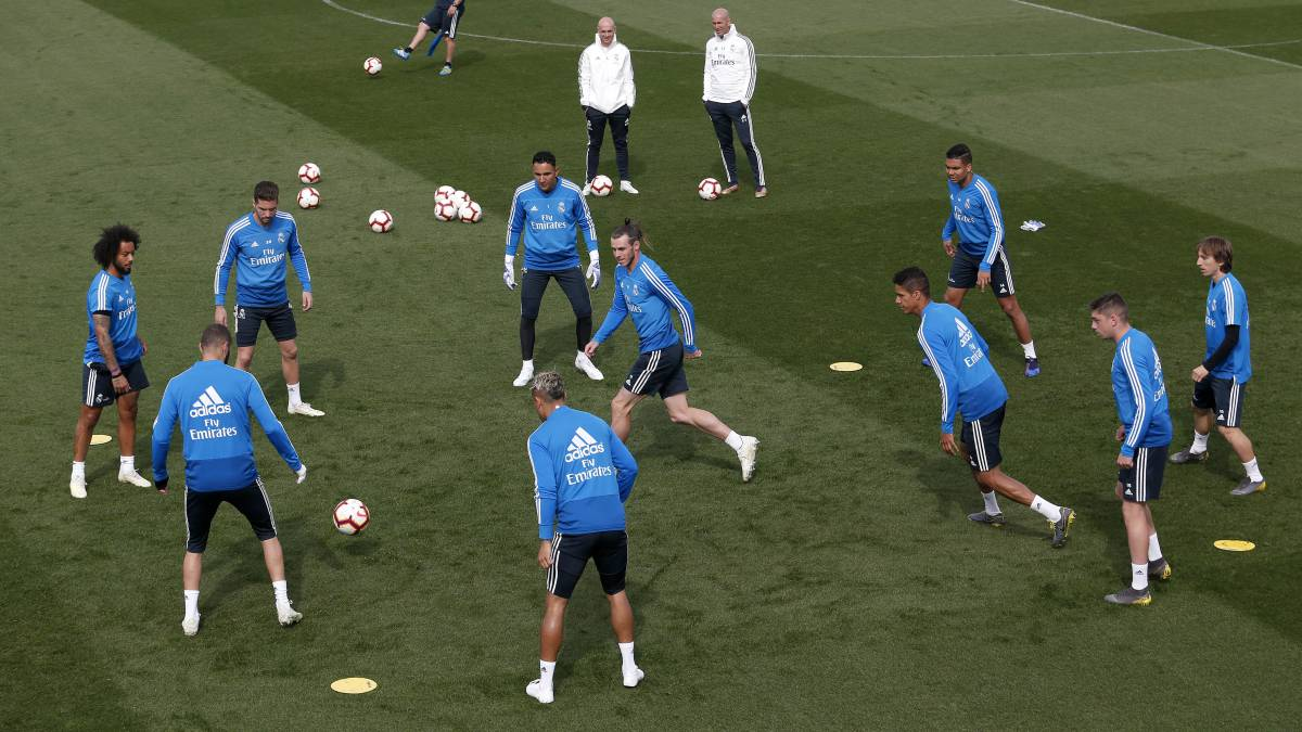 The staff of Real Madrid, during training.