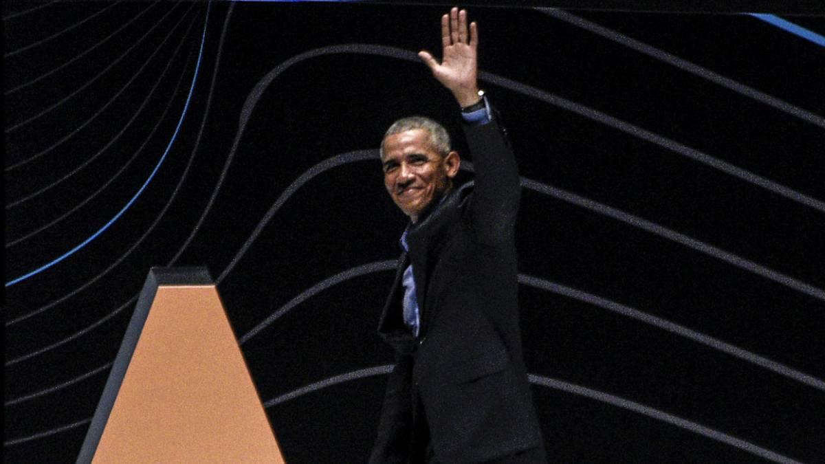 Barack Obama saluda durante una conferencia ofrecida en Bogotá.