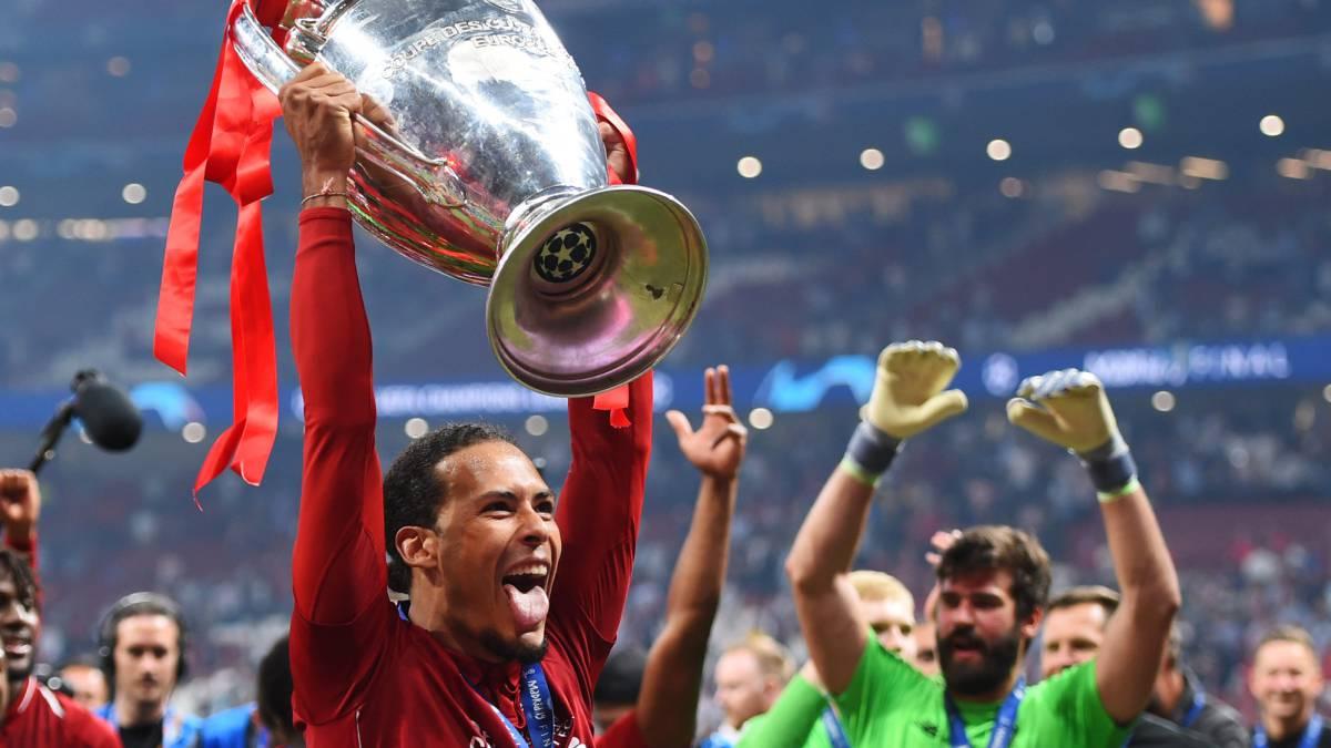 Van Dijk levanta la Champions League en el Wanda Metropolitano después de derrotar al Tottenham.