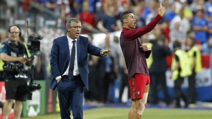 Cristiano Ronaldo da instrucciones a la vez que Fernando Santos durante el Francia-Portugal de la Eurocopa de 2016.