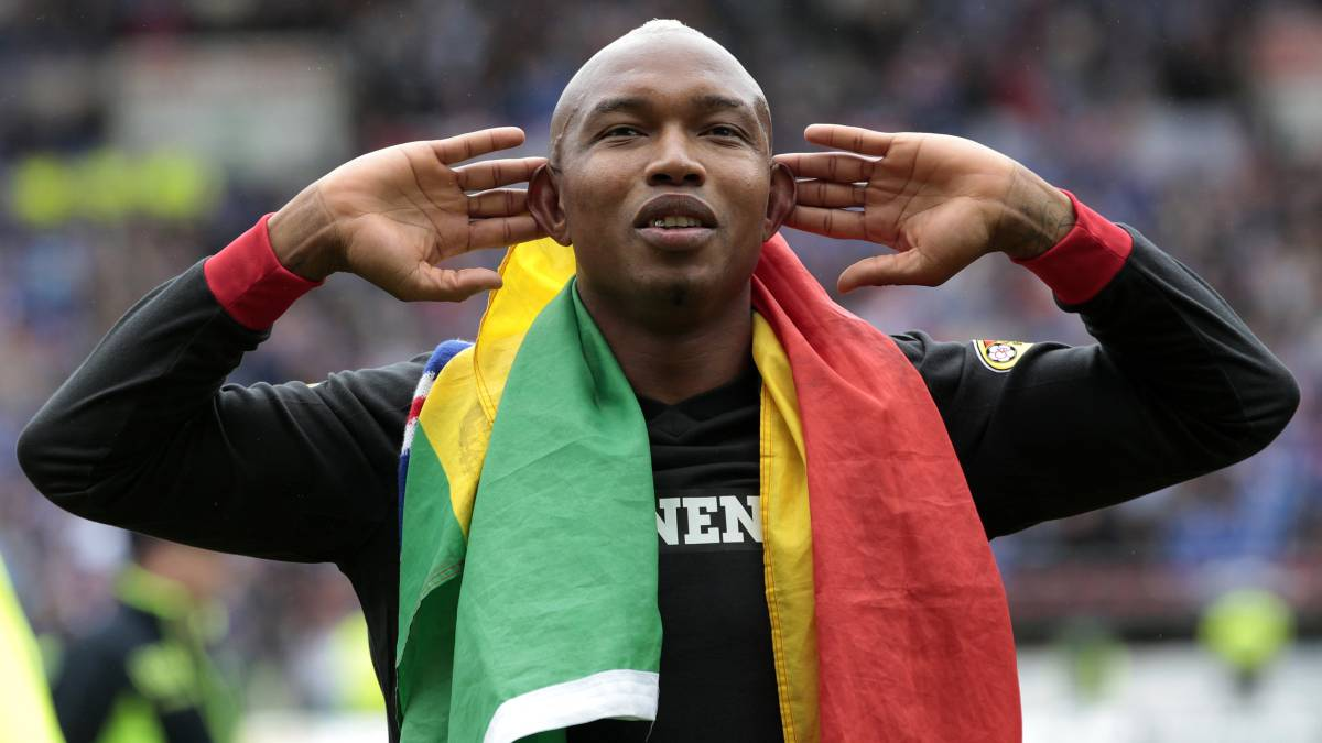 Rangers' El Hadji Diouf gestures to their fans while celebrating after winning the Scottish Premier League, after their soccer match victory against Kilmarnock in Scotland May 15, 2011. Rangers sent manager Walter Smith into retirement on a high after securing the Scottish Premier League title for the third successive year on Sunday. REUTERS/David Moir (BRITAIN - Tags: SPORT SOCCER IMAGES OF THE DAY)