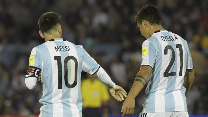 Messi saluda a Dybala en un partido con Argentina.
