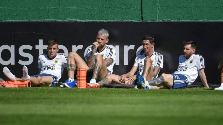 Messi descansa al lado de Paulo Dybala, Nicolas Otamendi, Angel Di Maria, y Roberto Pereyra.