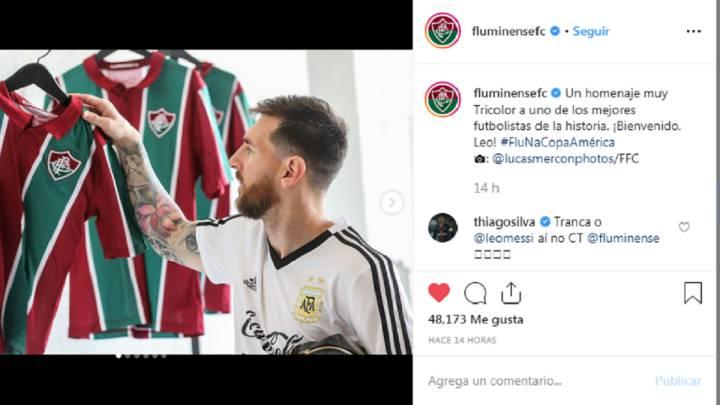 Messi posa con su camiseta de Fluminense.