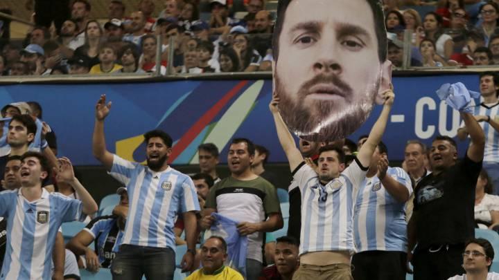 Un aficionado argentino levanta una imagen de la cara de Messi en el Arena del Gremio.