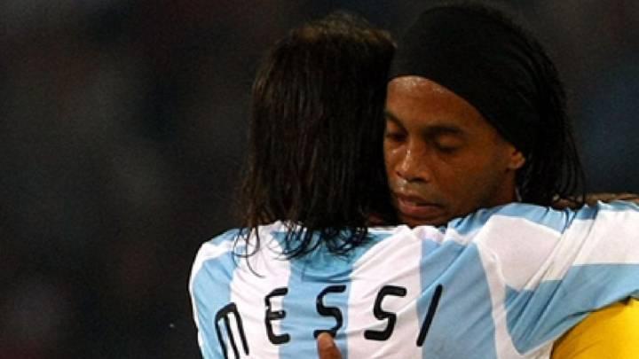 Lionel Messi y Ronaldinho en un Brasil-Argentina