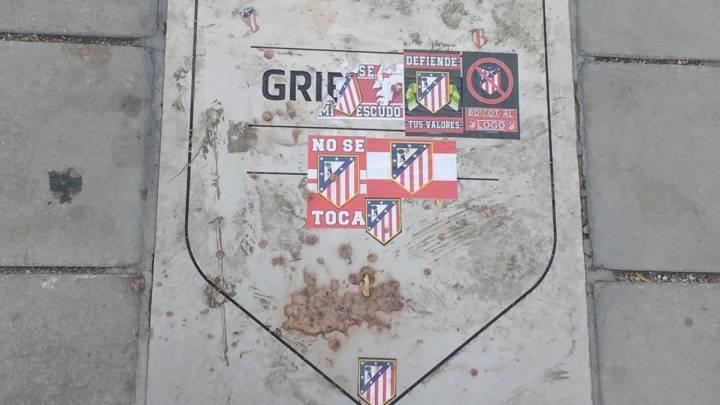 La placa de Griezmann fue atacada.