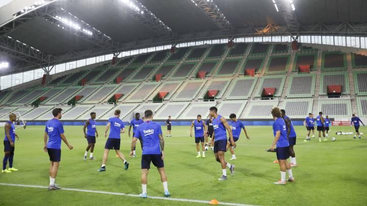 La plantilla del Barça realizó su último entrenamiento en el estadio NOEVIR de Kobe.