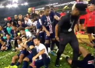 Verratti forces Neymar to celebrate, Mbappé is having none of it
