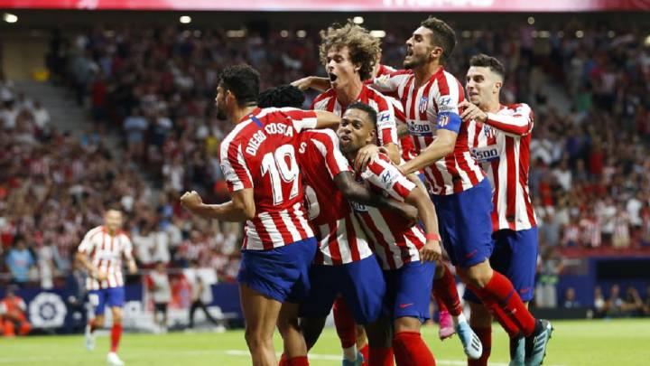 Los futbolistas del Atlético celebran el 3-2 ante el Eibar.