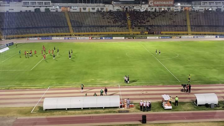 Insólito! En Ecuador, el cuarto árbitro miró la jugada en ...