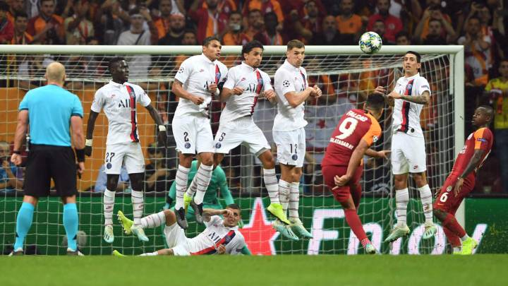 Gueye, Thiago Silva, Marquinhos, Meunier y Di María saltan para tapar el tiro de Falcao.