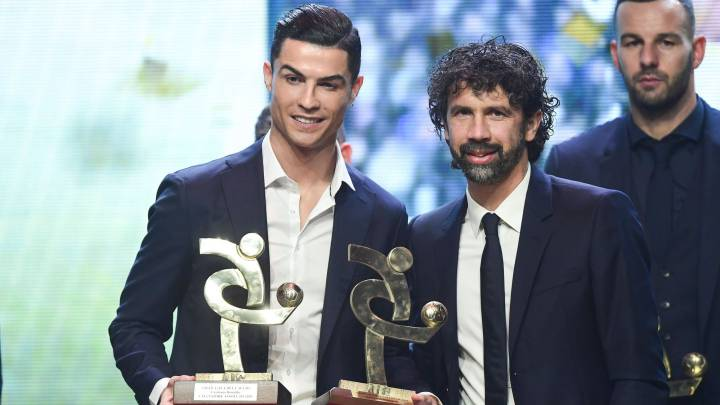 Cristiano, con el premio que le acredita como mejor jugador de la Serie A.