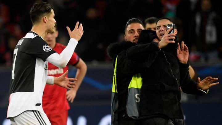 La seguridad del estadio retira al afionado ante los gestos de contrariedad de Cristiano.
