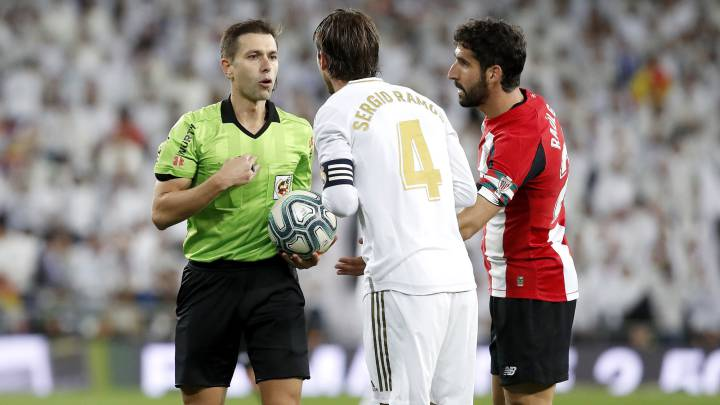 Ramos protesting the presence of Raúl García.