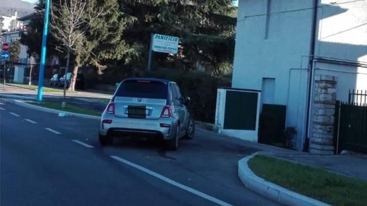 El Fiat 500 de Balotelli apareció en casa del vecino y con el morro destrozado.