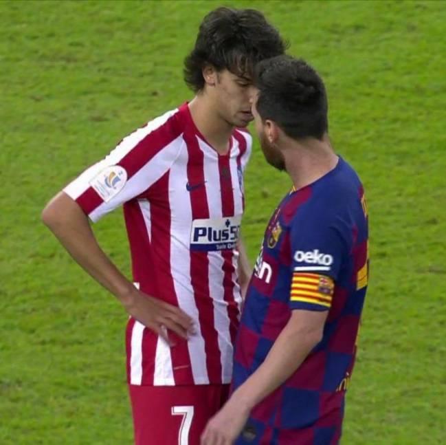 Momento en el que Messi y João Félix se encaran.