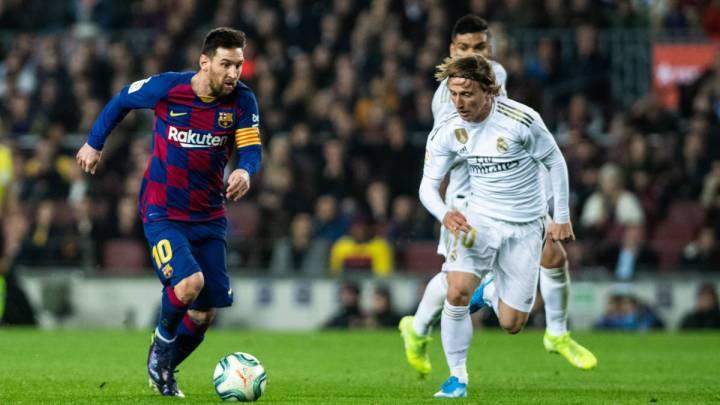 Messi y Modric pelean por un balón en el Clásico liguero.