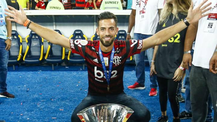 Pablo Marí posa con la Copa Libertadores y la bandera de España, tras ganar el título.