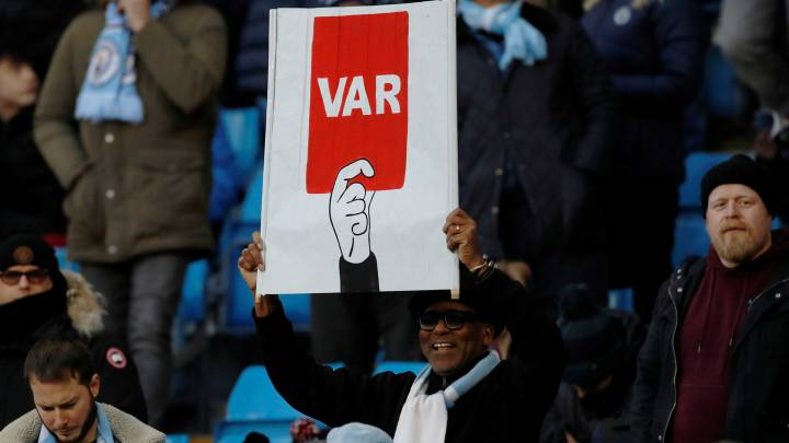 Un aficionado del Manchester City, en contra del VAR.