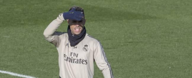 Mariano sigue entrenando con el Real Madrid mientras varios equipos de Primera División preguntan por su situación.