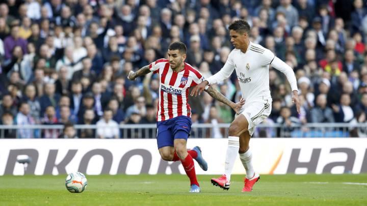 Correa corre ante Varane en el Madrid-Atlético.