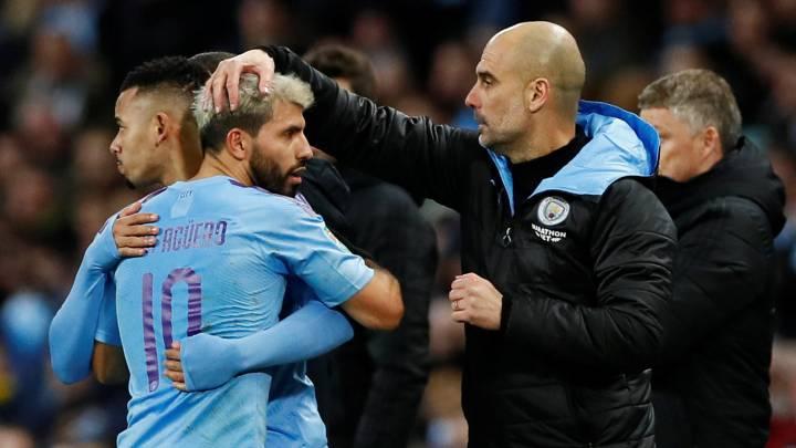 Pep Guardiola saluda a Agüero en un cambio durante el Manchester City-Manchester United.