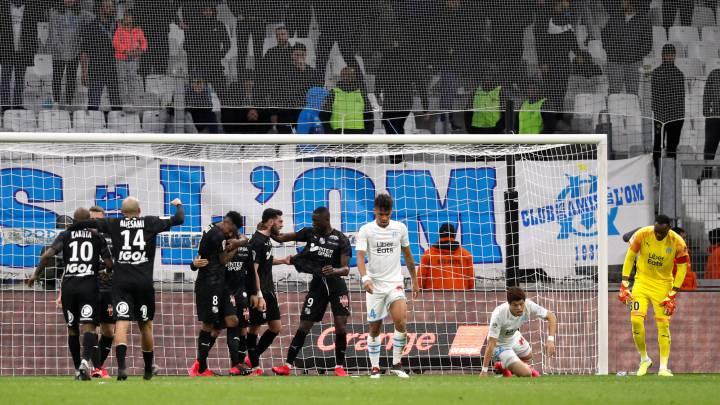 Los jugadores del Amiens celebran un gol frente a la tristeza de los del Marsella
