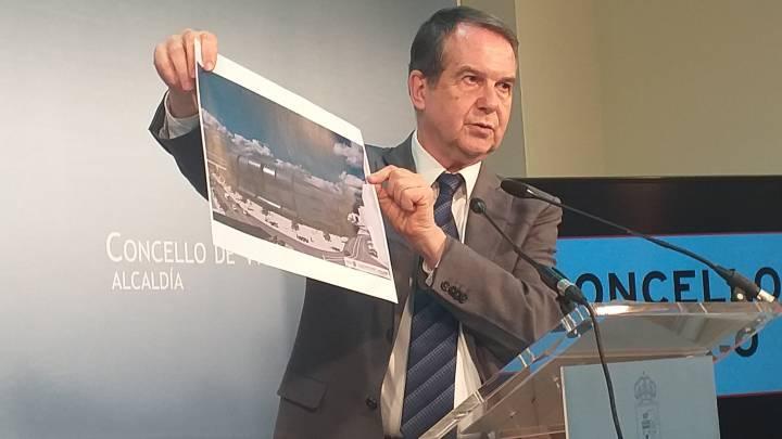 Abel Caballero muestra una foto del proyecto de reforma de Balaídos.