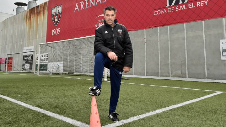 JAVIER OLAIZOLA, entrenador del Arenas