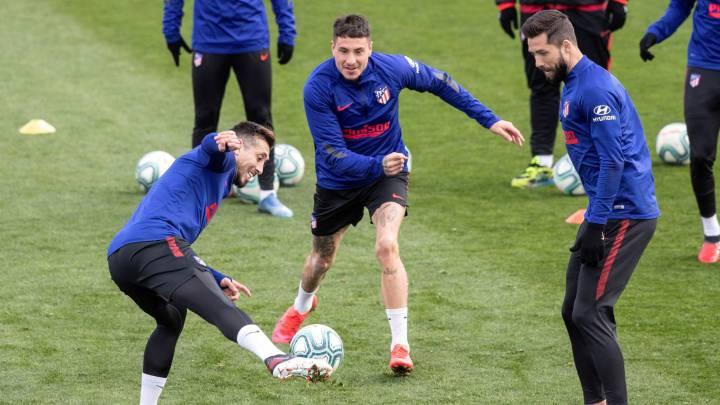 Giménez en la última sesión del Atlético antes del Sevilla con Herrera y Felipe.