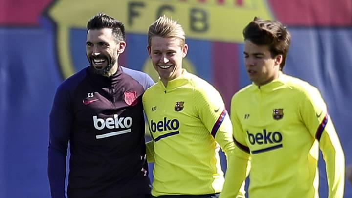 Frenkie de Jong y Eder Sarabia sonríen, con Riqui Puig en primer plano, en el entrenamiento de ayer.
