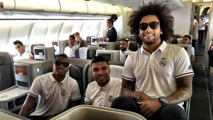 Varios jugadores del Madrid posan durante un vuelo.