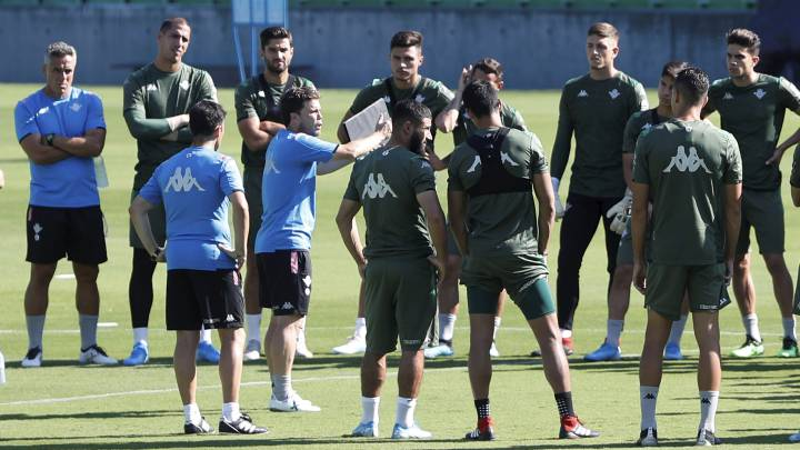 Rubi le da indicaciones a sus jugadores durante uno de los entrenamientos de esta semana para preparar el encuentro ante el Real Madrid en el Villamarín.