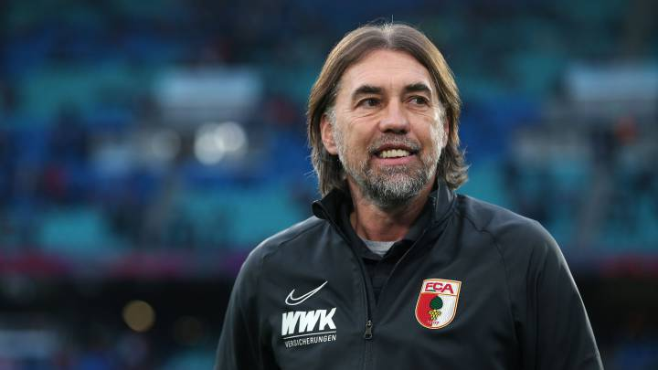 Augsburg's Swiss head coach Martin Schmidt enters the pitch prior to the German first division Bundesliga football match RB Leipzig v  FC Augsburg in Leipzig, eastern Germany, on December 21, 2019. (Photo by Ronny Hartmann / AFP) / DFL REGULATIONS PROHIBIT ANY USE OF PHOTOGRAPHS AS IMAGE SEQUENCES AND/OR QUASI-VIDEO