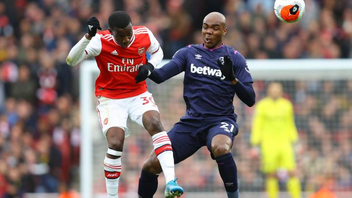 LONDON, ENGLAND - MARCH 07: Eddie Nketiah of Arsenal wins a header over Angelo Ogbonna of West Ham United during the Premier League match between Arsenal FC and West Ham United at Emirates Stadium on March 07, 2020 in London, United Kingdom. (Photo by Julian Finney/Getty Images)