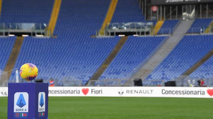 Un balón en uno de los estadios de la Serie A de Italia.