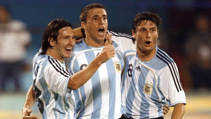 Crespo, Messi y Zanetti celebran un gol durante un partido con Argentina.