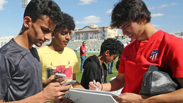 João Félix firma autógrafos en la Supercopa de Arabia. Transfermakt lo considera en estos momentos portugués del momento.