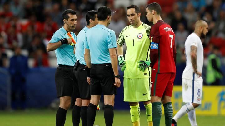 Claudio Bravo y Cristiano Ronaldo, capitanes de Chile y Portugal en la Copa Confederaciones de 2017.