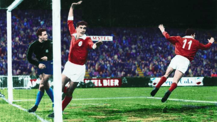 Aguas y Simoes celebran el último gol del Benfica, obra de Eusebio. Era el quinto tanto de los lisboetas.