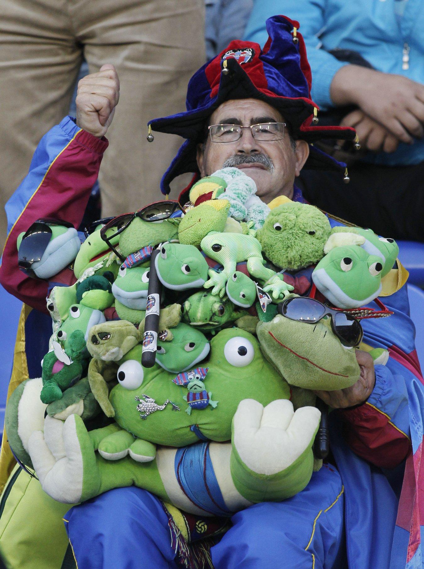 Seguidor granota en un partido del Levante con ranas
