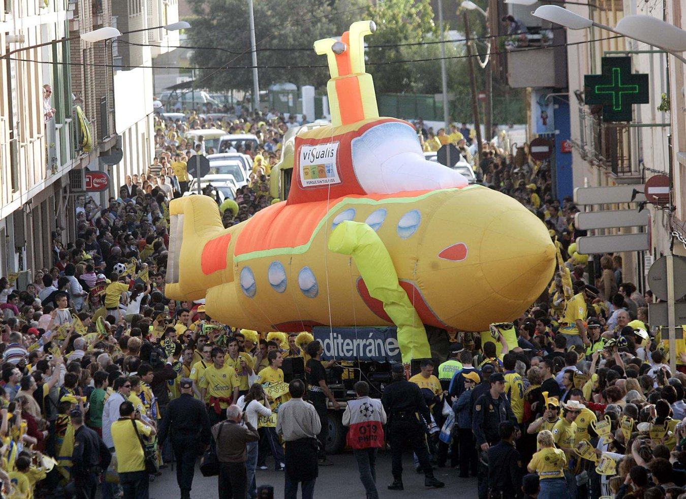 Seguidores del Villarreal con el submarino amarillo