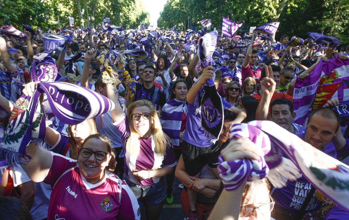 Seguidores del Valladolid celebran el ascenso