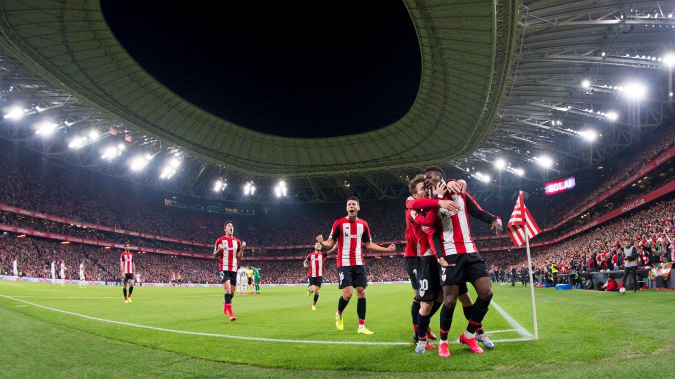 Alegría de los jugadores del Athletic de Bilbao en San Mamés