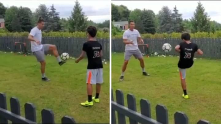El jugador de la Juventus, Cristiano Ronaldo, entrenando con su hijo en el jardín.