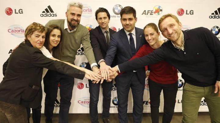 Miembros de AFE, Futbolistas ON y Asociación de Clubes posan tras la firma del convenio colectivo.